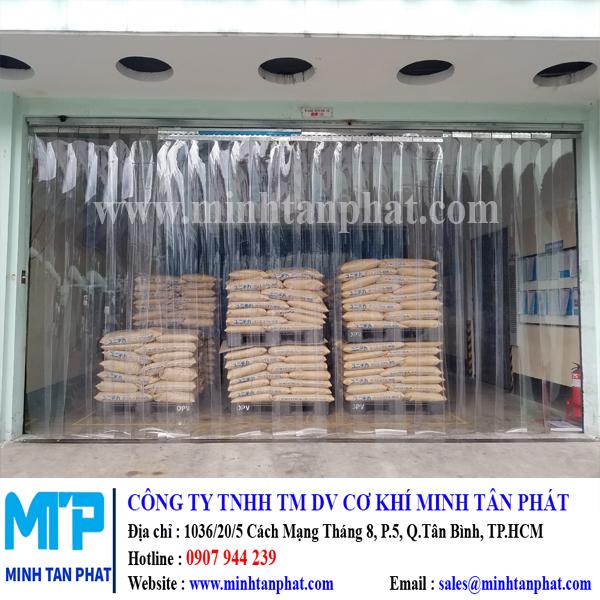 Lắp đặt màn nhựa pvc trắng trong ngăn bụi, ngăn lạnh cho nhà máy Daiwa Plastic