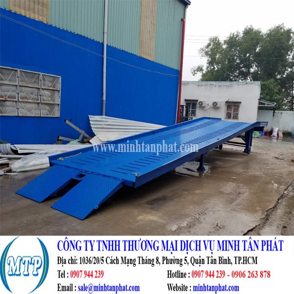Cầu dẫn xe nâng lên container cho nhà máy ở Long An