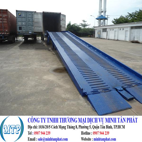 Cung cấp cầu dẫn xe nâng lên container cho nahf máy, xưởng sản xuất