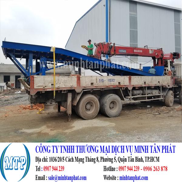 Cầu dẫn xe nâng hàng lên container cho nhà máy ở Long An
